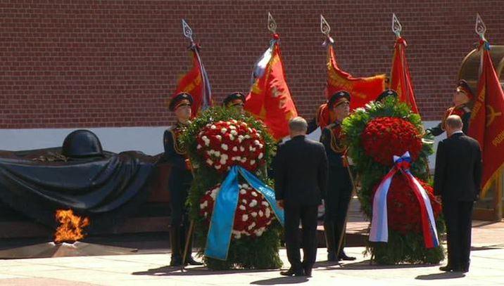 Возложение венков к Могиле Неизвестного Солдата у стен Московского Кремля